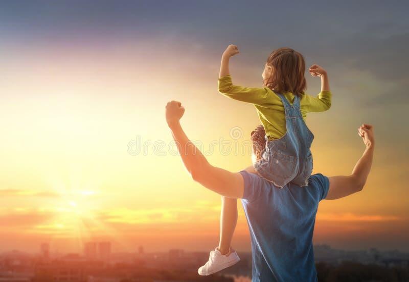 Famille au coucher du soleil photographie stock libre de droits