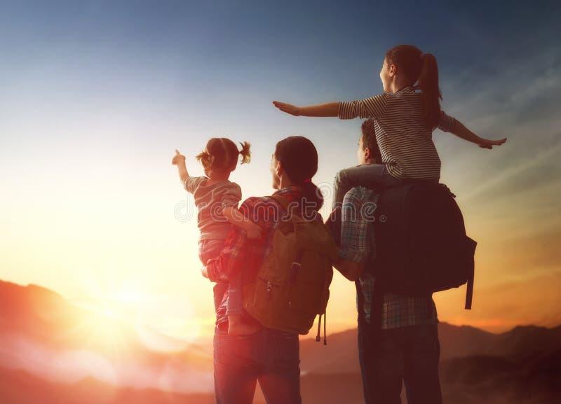 Famille au coucher du soleil image libre de droits
