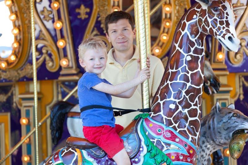 Famille au parc d'attractions photo stock