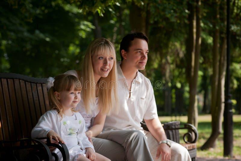 Famille au stationnement photographie stock libre de droits