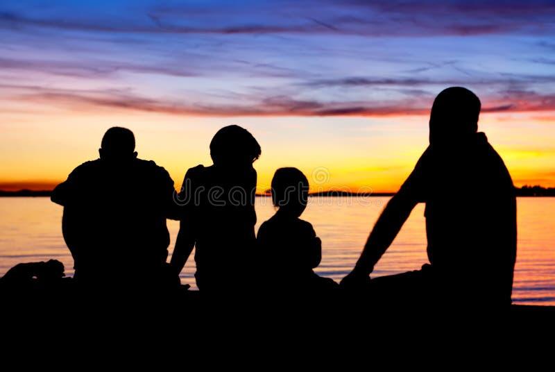 Famille avant crépuscule image stock