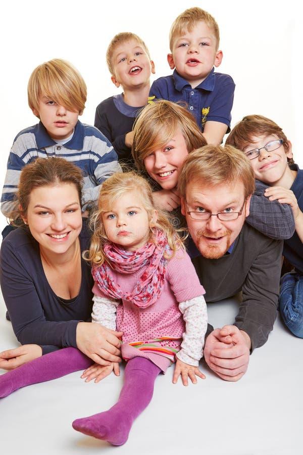 Famille avec beaucoup d'enfants photographie stock libre de droits