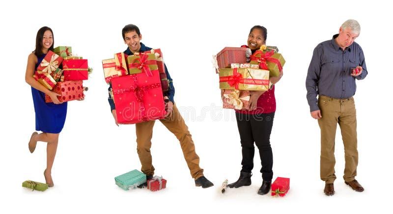 Famille avec beaucoup de cadeaux de Noël images stock