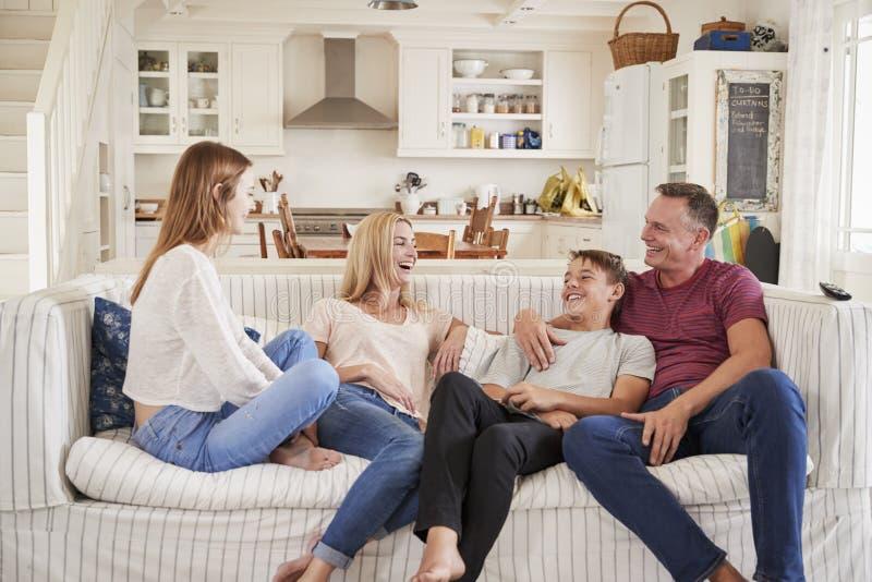 Famille avec des adolescents détendant sur Sofa Together photos libres de droits