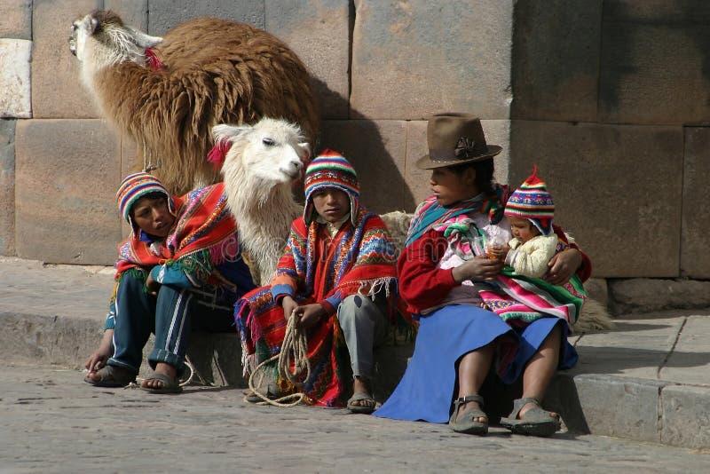 Famille avec des lamas dans Cuzco photographie stock libre de droits