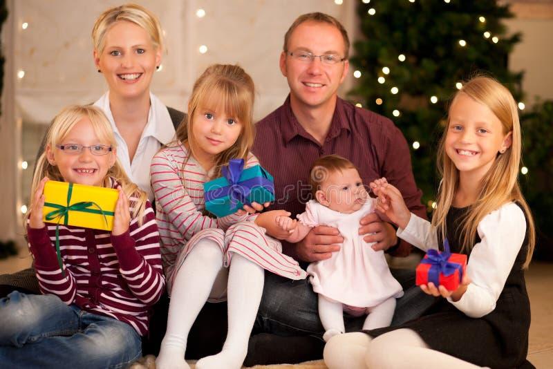 Famille avec des présents à Noël photographie stock libre de droits