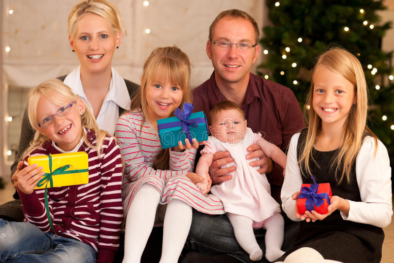 Famille avec des présents à Noël photos libres de droits