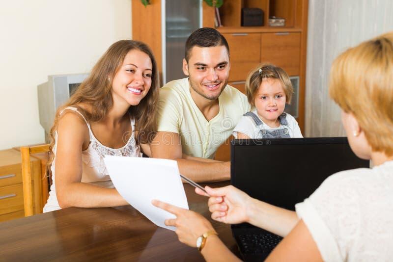 Famille avec l'agent d'assurance image libre de droits