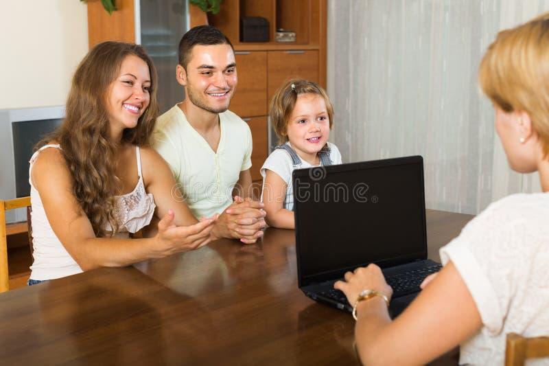 Famille avec l'agent d'assurance image stock