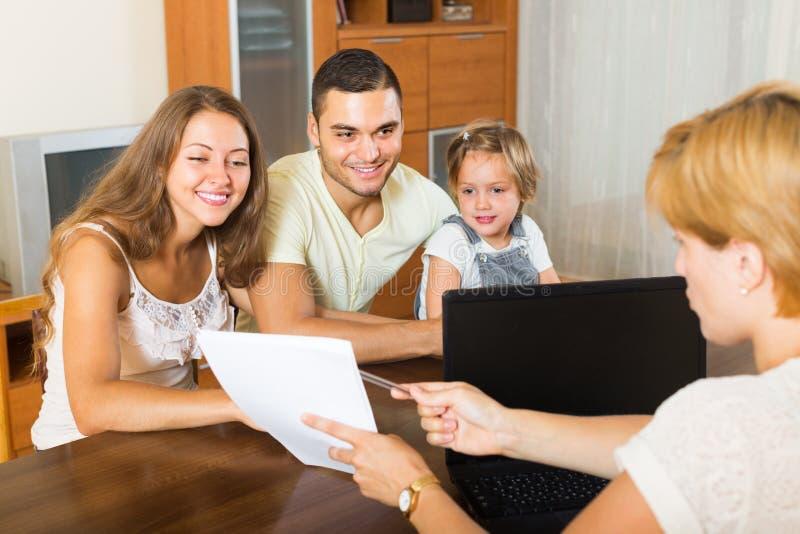 Famille avec l'agent d'assurance photo stock