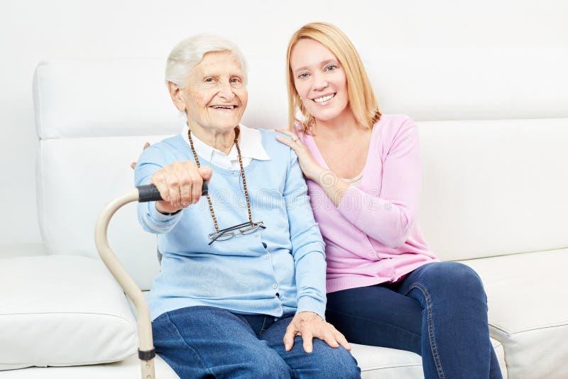 Famille avec la fille de soin et le vieillard photos stock