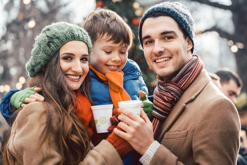 Famille avec la nourriture et boisson au marché de Noël image stock