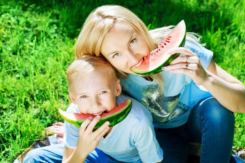 Famille avec la pastèque photos stock