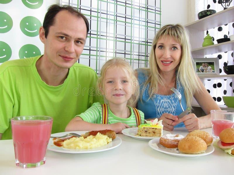 Famille avec la petite fille en café photographie stock libre de droits