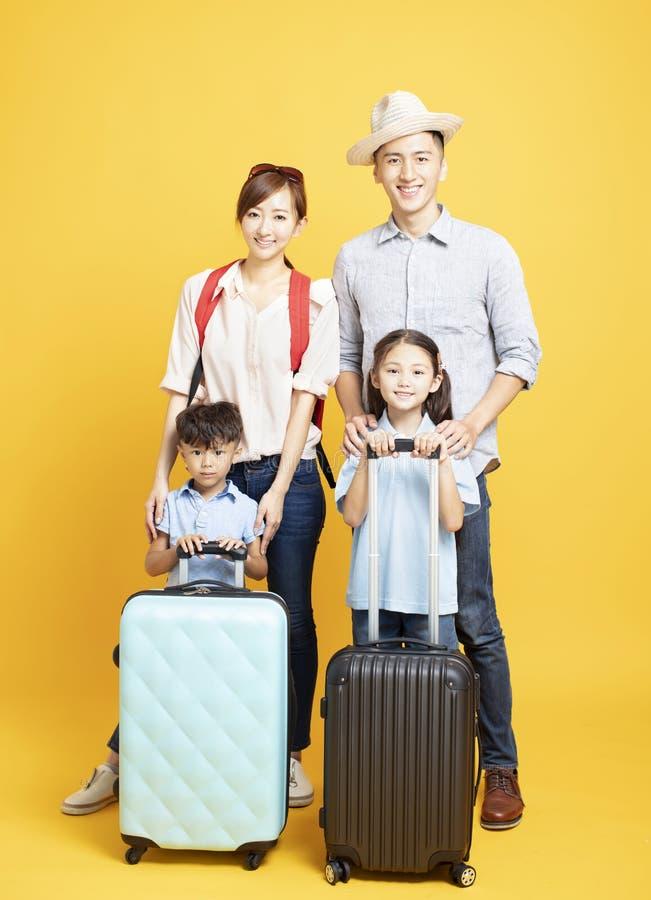 famille avec la valise partant en vacances d'été image libre de droits