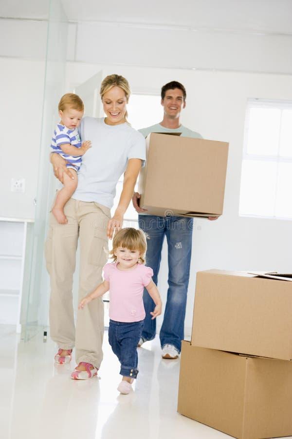 Famille avec le cadre entrant dans le sourire à la maison neuf photos stock