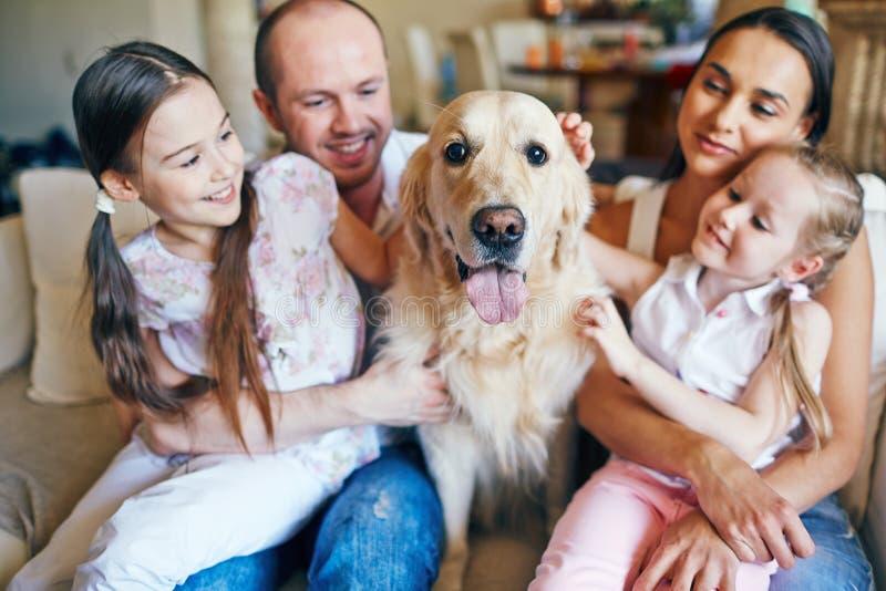 Famille avec le crabot photographie stock libre de droits