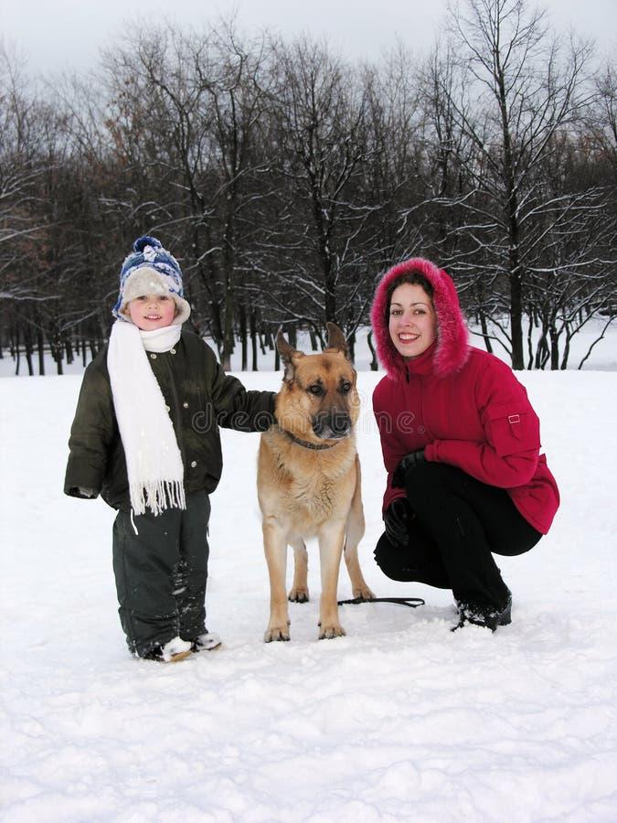 Famille avec le crabot. l'hiver photographie stock libre de droits