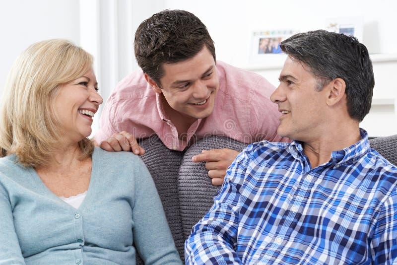 Famille avec le fils adulte à la maison photos stock