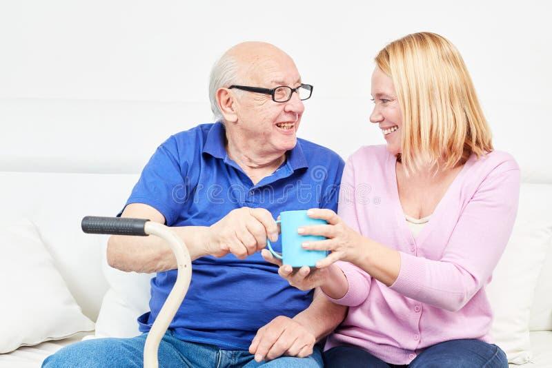 Famille avec le vieil homme comme père et jeune femme images stock