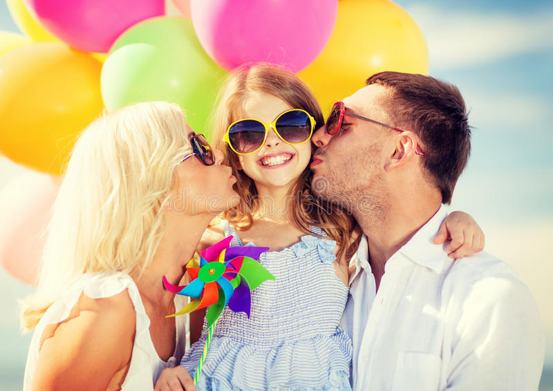 Famille avec les ballons colorés photo libre de droits