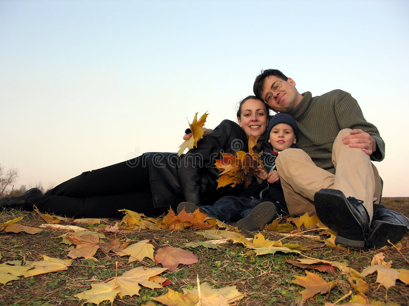 Famille avec les lames d'automne 2 image stock