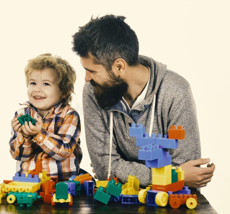 Famille avec les voitures heureuses de construction de visages des blocs colorés de construction image stock