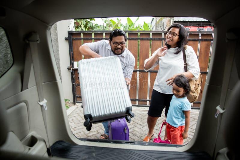 Famille avec sa fille étant prête pour le voyage de vacances images stock