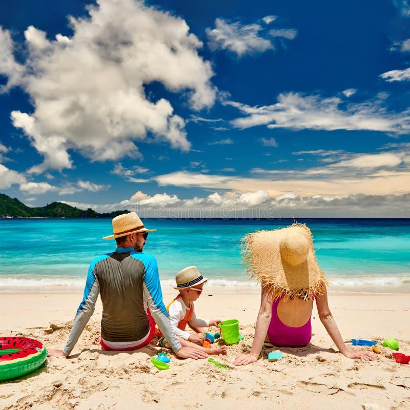 Famille avec un garçon de trois ans sur la plage photo stock