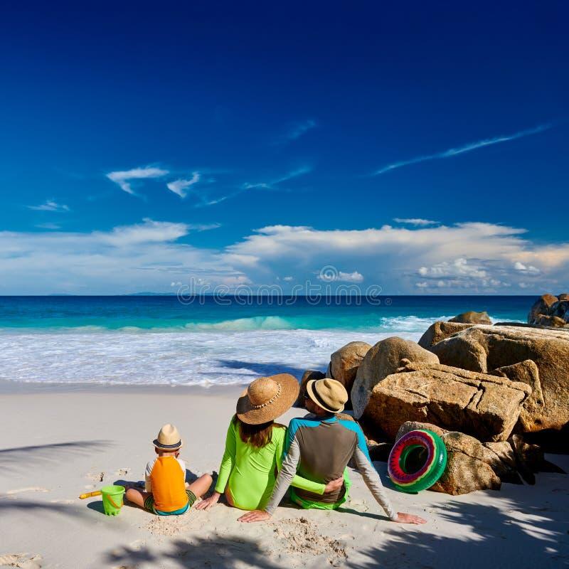 Famille avec un garçon de trois ans sur la plage image stock