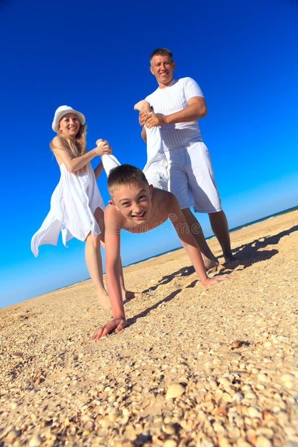 Famille ayant l'amusement à la plage photo libre de droits