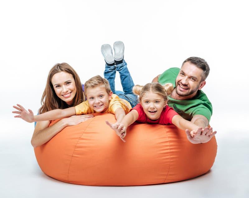 Famille ayant l'amusement dans la sac-chaise photos stock