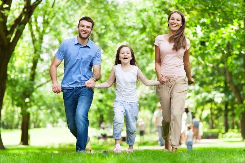 Famille ayant l'amusement dans le stationnement images libres de droits