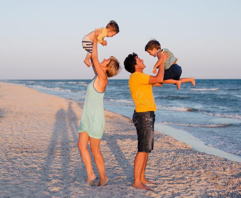 Famille ayant l'amusement sur la plage tropicale photo stock