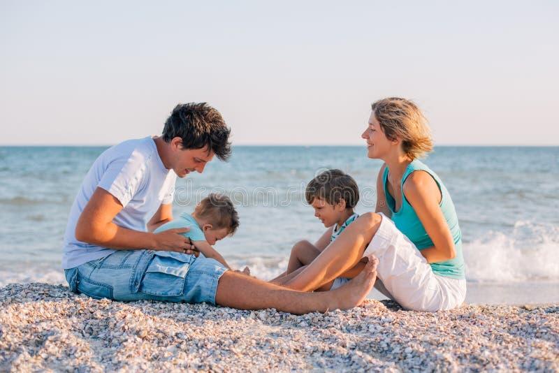 Famille ayant l'amusement sur la plage tropicale images libres de droits