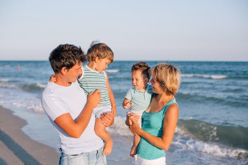 Famille ayant l'amusement sur la plage tropicale image stock