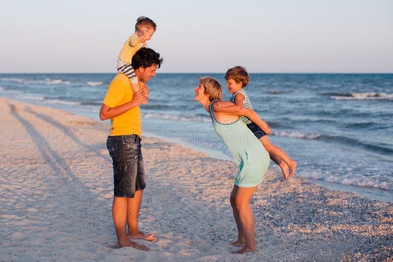 Famille ayant l'amusement sur la plage tropicale photo libre de droits