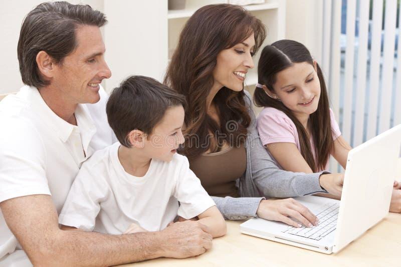 Famille Ayant L Amusement Utilisant L Ordinateur Portable à La Maison Photos stock