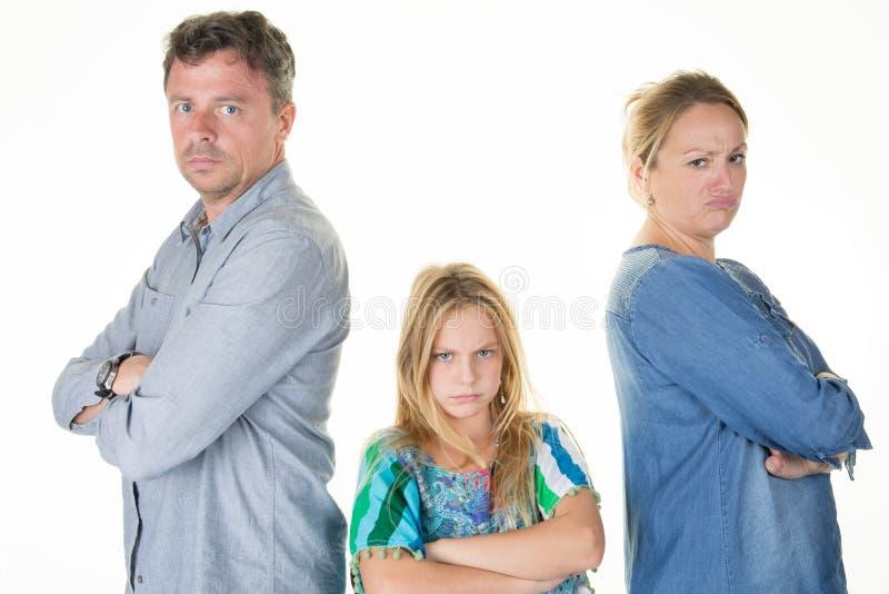 Famille ayant l'homme et la femme de querelle à la maison discutant le divorce photos libres de droits