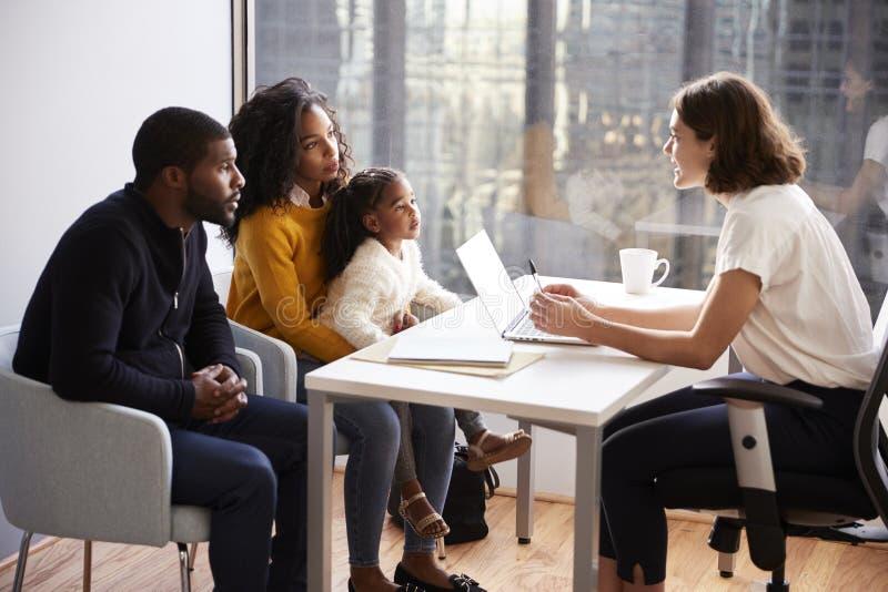 Famille ayant la consultation avec le p?diatre f?minin In Hospital Office photo stock