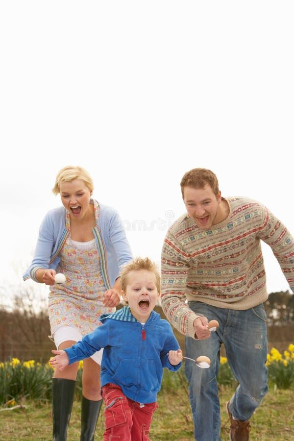 Famille ayant le chemin d'oeufs et de cuillère photo libre de droits