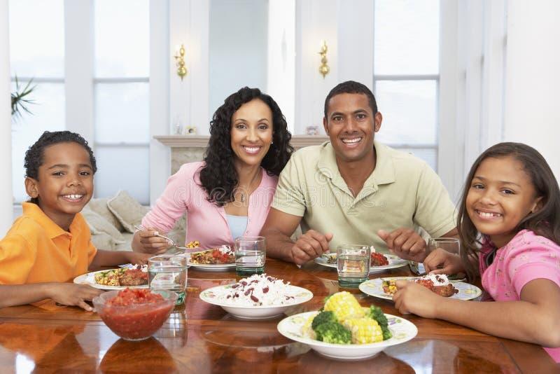 Famille ayant un repas à la maison photo libre de droits