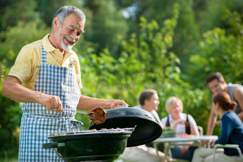 Famille ayant une réception de barbecue photo stock