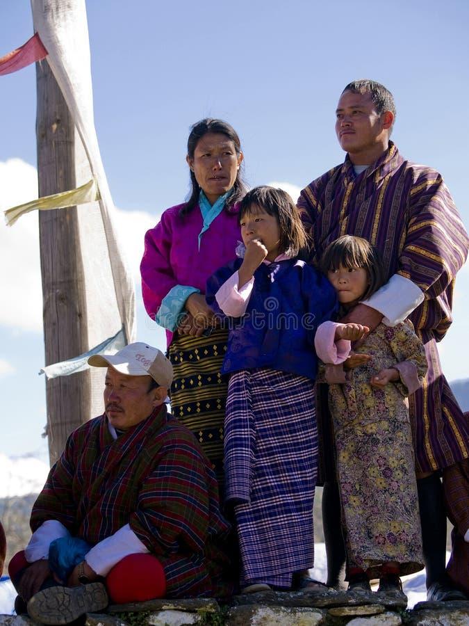 Famille bhoutanais observant les festivités image stock