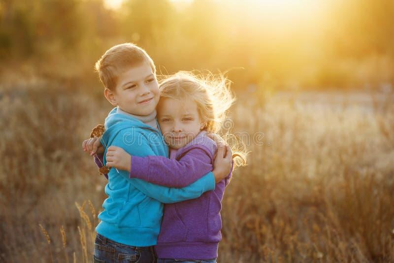 famille blanc de soeur d'isolement par frère de fond photo libre de droits