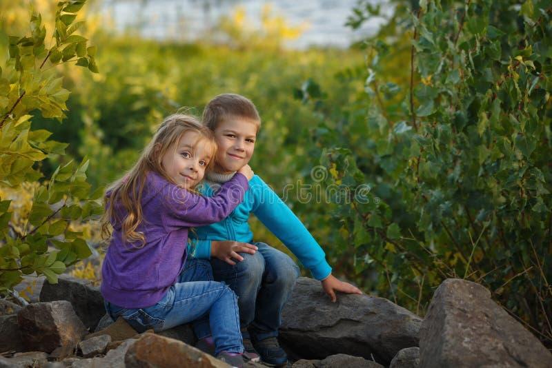famille blanc de soeur d'isolement par frère de fond embrassez photographie stock