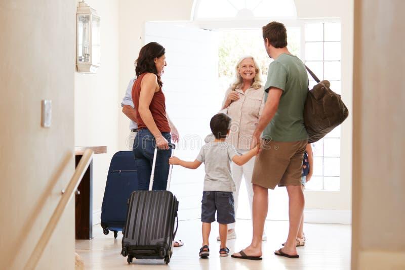 Famille blanche de trois générations quittant leur maison pour partir en vacances, vue intégrale et arrière photos stock
