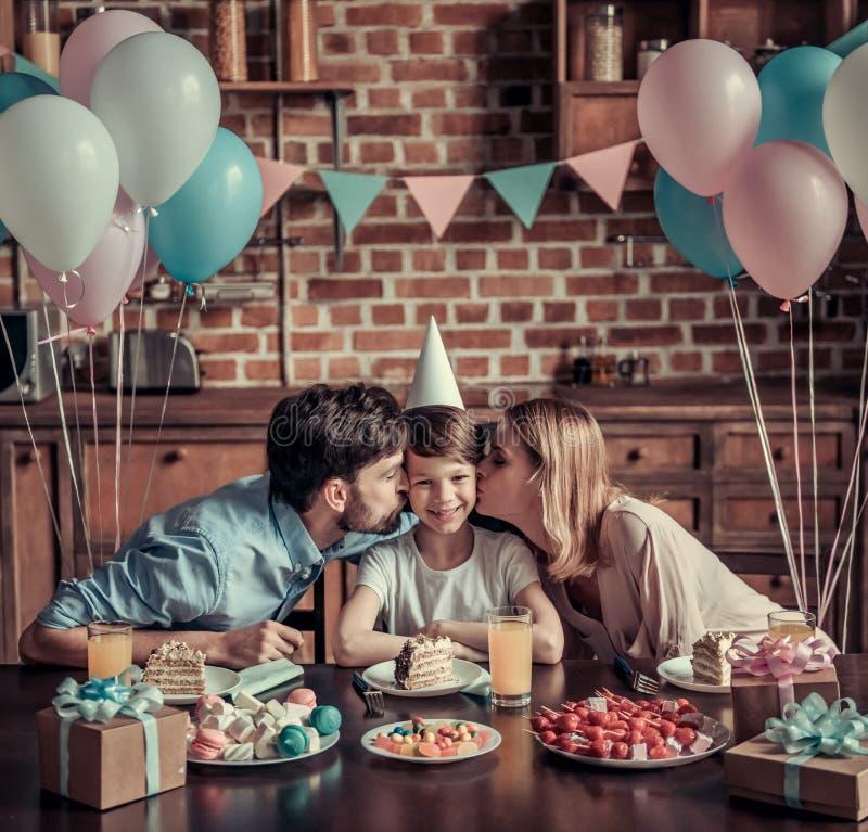 Famille célébrant l'anniversaire photographie stock