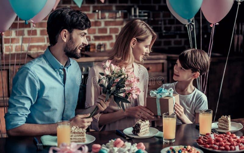 Famille célébrant l'anniversaire image stock