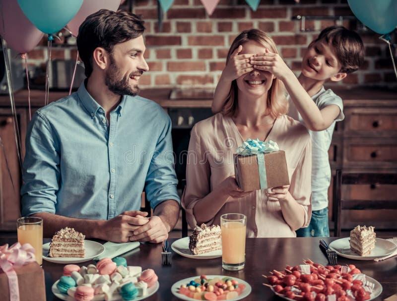Famille célébrant l'anniversaire images stock